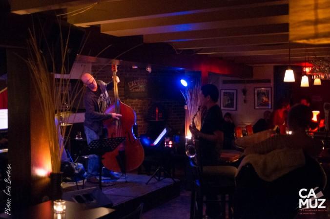 bar de jazz com homem tocando instrumento de corda