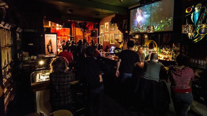 bar de jazz e blues com pessoas assistindo à um show